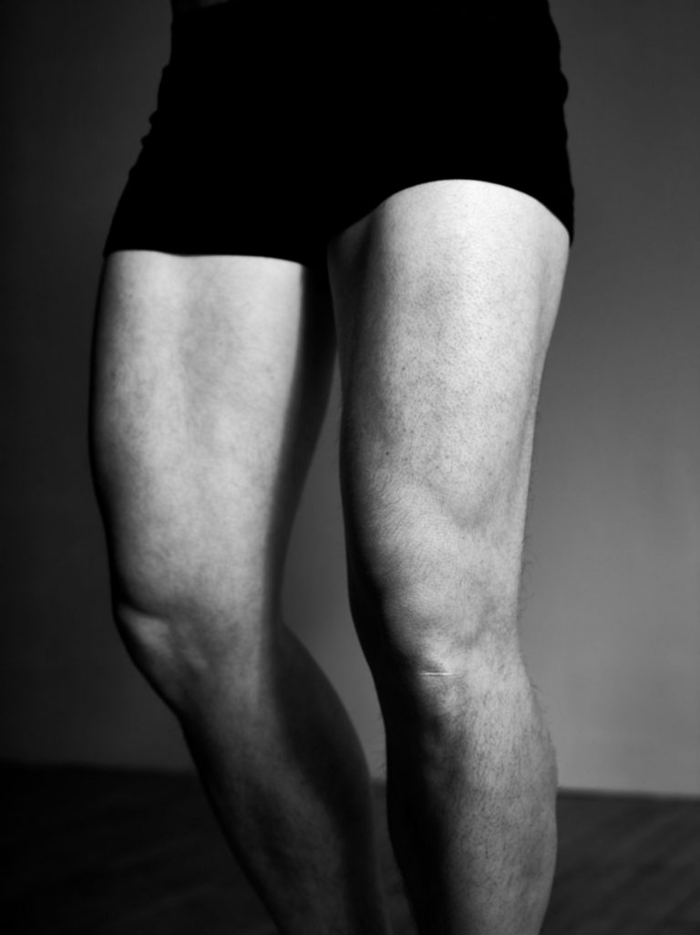 Die nackten Beine eines Mannes.