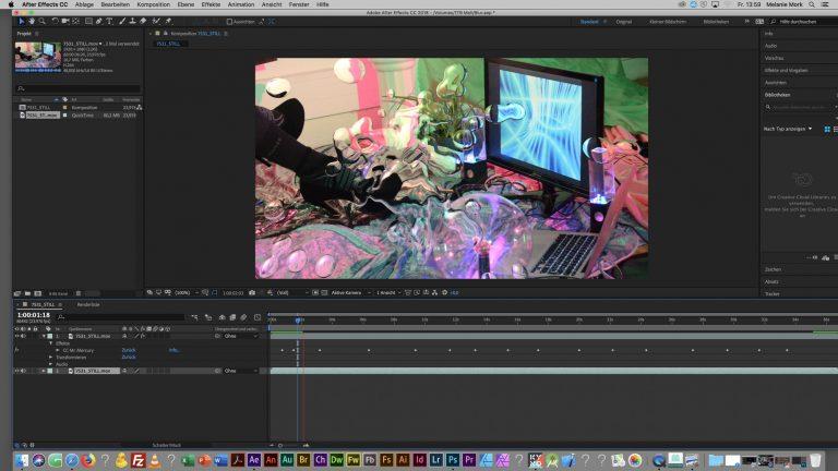 Ein Computerbildschirm zeigt ein Videobearbeitungsprogramm an. Das bearbeitete Bild zeigt hohe Schuhe vor einem weiteren Computerbildschirm.